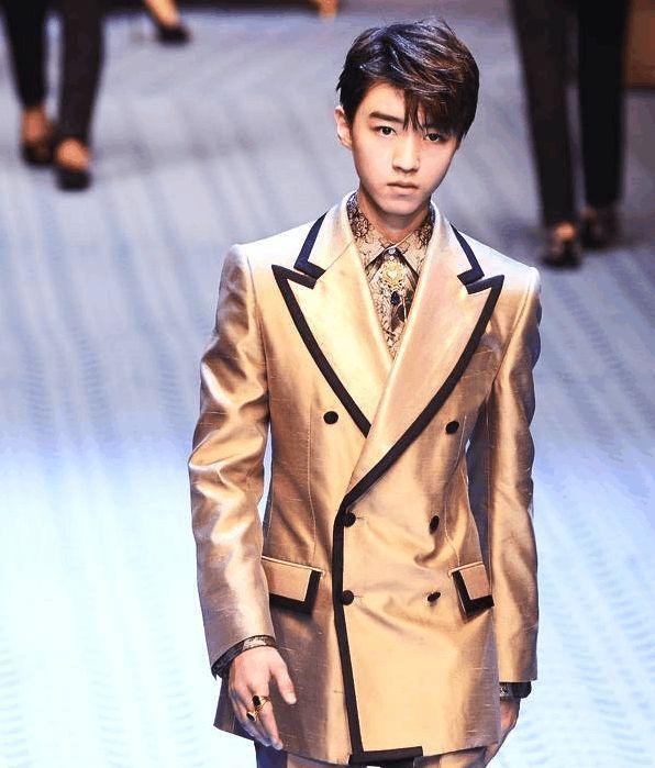 """王俊凯时尚硬照流出,穿中裤""""腿毛""""抢镜,鞋子涂鸦""""王叮叮""""?图片"""