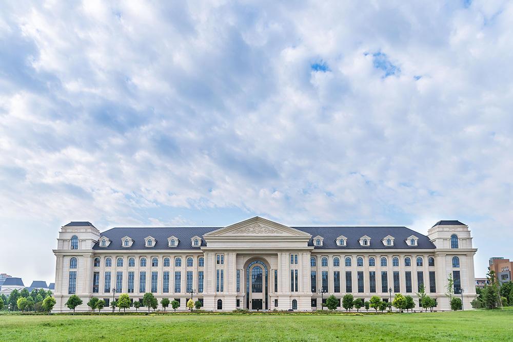 教育 正文  学校共有三个校区,龙子湖校区和文化路校区位于郑州市