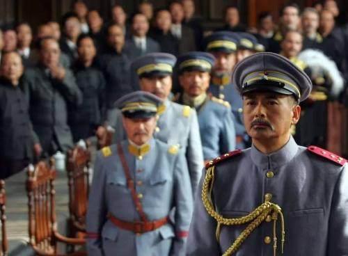 大臣见皇帝吃咸菜喝小米粥,赞他勤俭,小兵说出实情 咸菜很贵