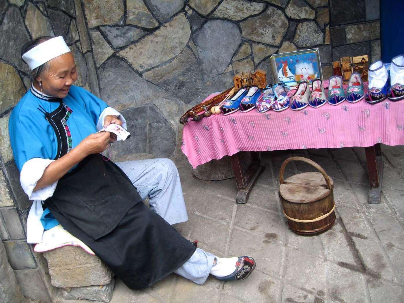 贵州这个村子的女人怎么了,至今仍穿着朱元璋皇后马大脚的服饰?