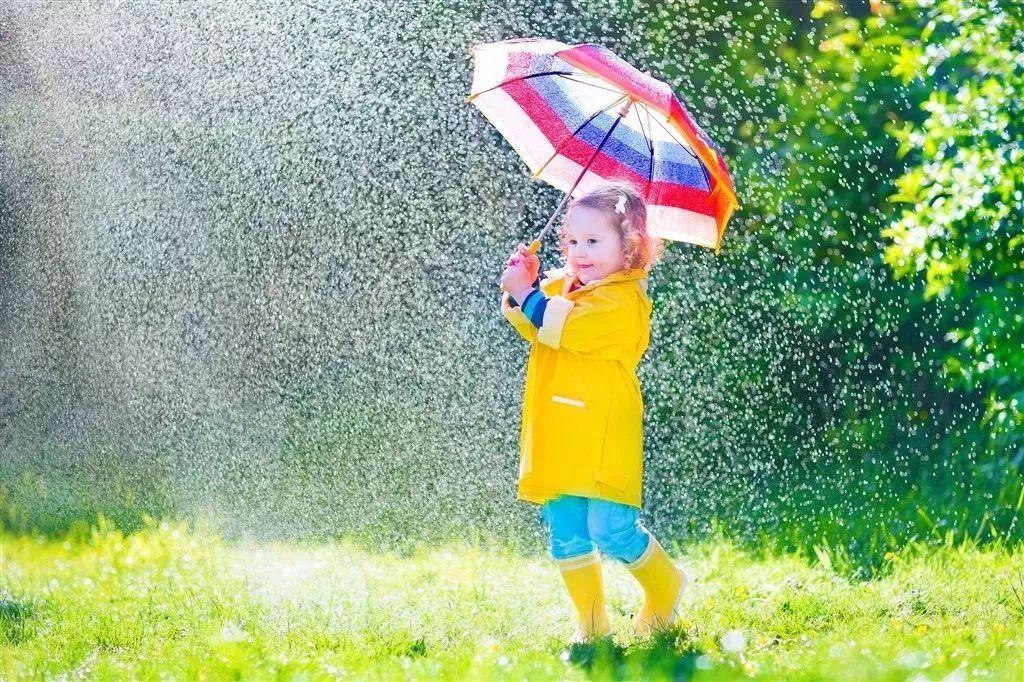 在雨中打伞的小女孩图片素材 小女孩 打伞 撑伞 雨中 大雨 下雨 雨天