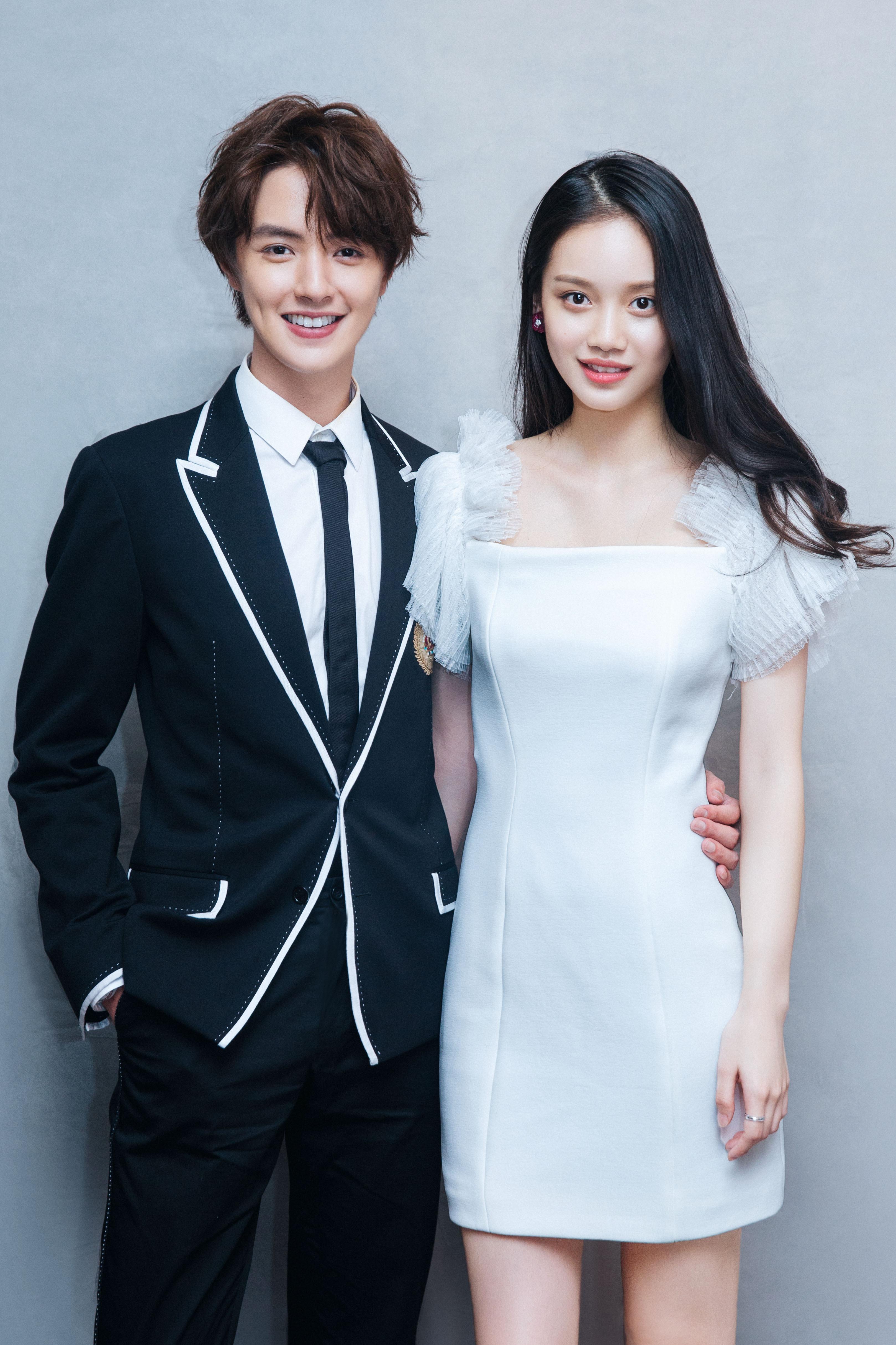 孙伊涵发布《流星花园》亮相白色时尚a白色短裙大气2跟技法的裙子带子图片