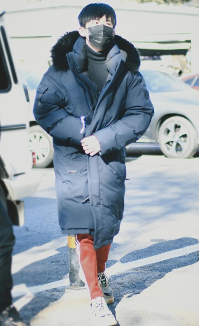 感受一波易烊千玺对红色运动裤的执念,870的价格从冬天穿到夏天