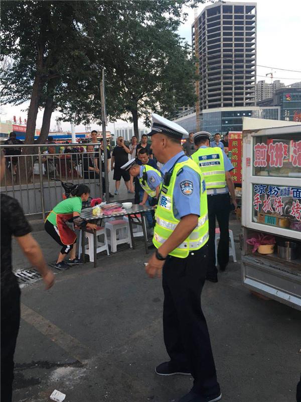 大同交警三大队队长王宝平带领巡逻组民警集中整治火车站违法行为