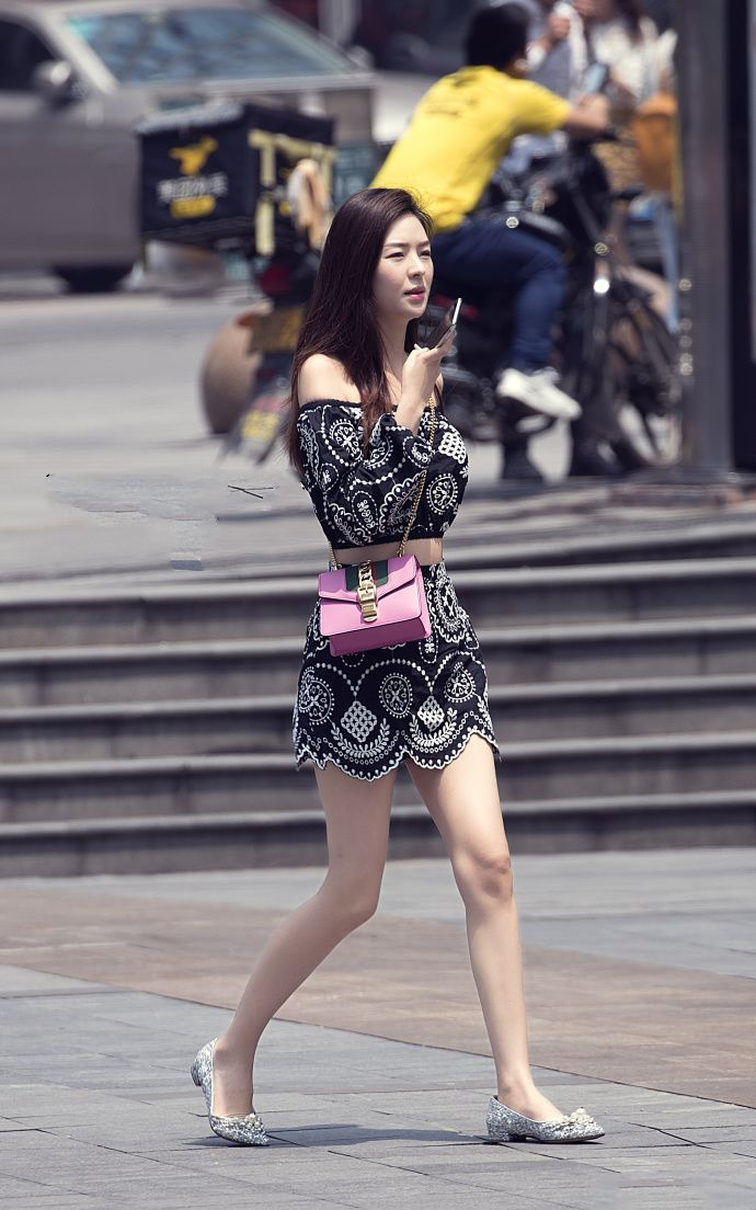 街拍美女裙底春光_黑衣长裙美女街拍,时尚原来还可以这样展示