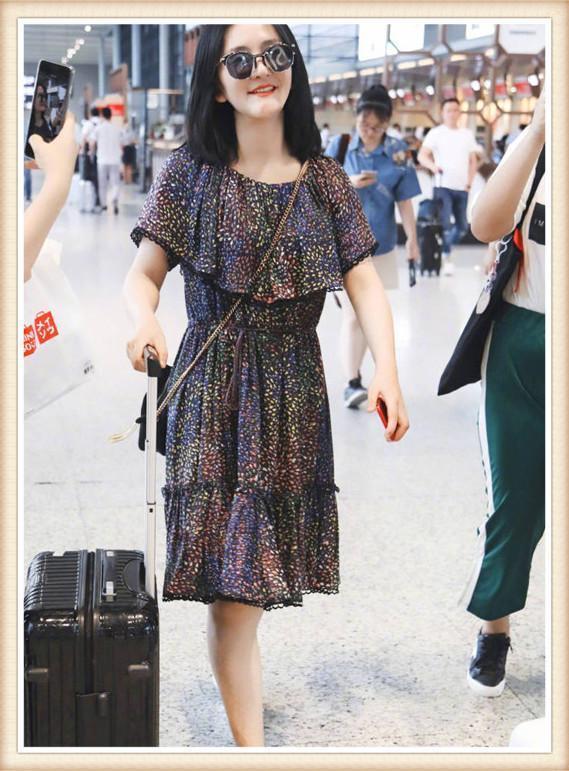 时尚 正文  深色的裙子上点缀着五彩的斑点,虽然花纹看起来有些老气