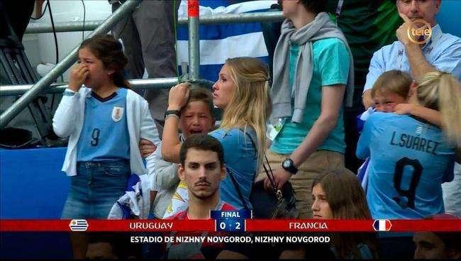 乌拉圭出局:苏亚雷斯妻儿看台哭泣_犯错门将向祖国与人民道歉
