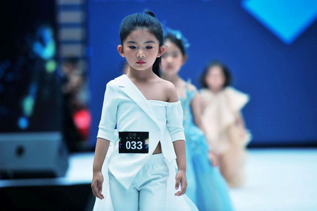 图为hello model少儿模特艺术中心的小超模们在进行比赛中.