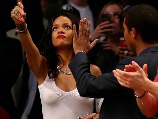 蕾哈娜与NBA的不解之缘,号称詹皇第1迷妹,大帝多次向她表白!
