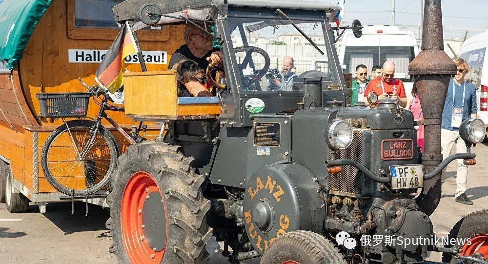 周末精选   非寻常方式赶往世界杯赛:德国球迷开拖拉机到达俄罗斯