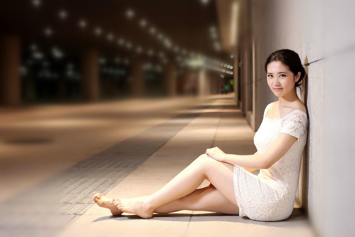 美女摄影:夜色下赤足的微胖丽人