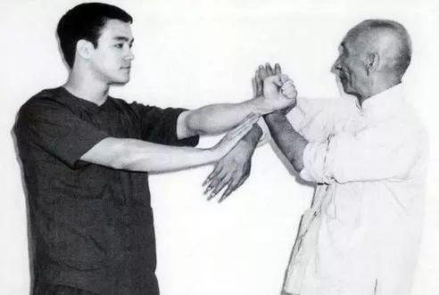李小龙向师傅叶问学习咏春拳图片