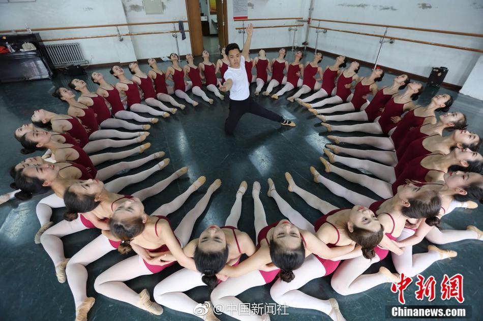 别人家的专业!36个女生陪1个男生上课