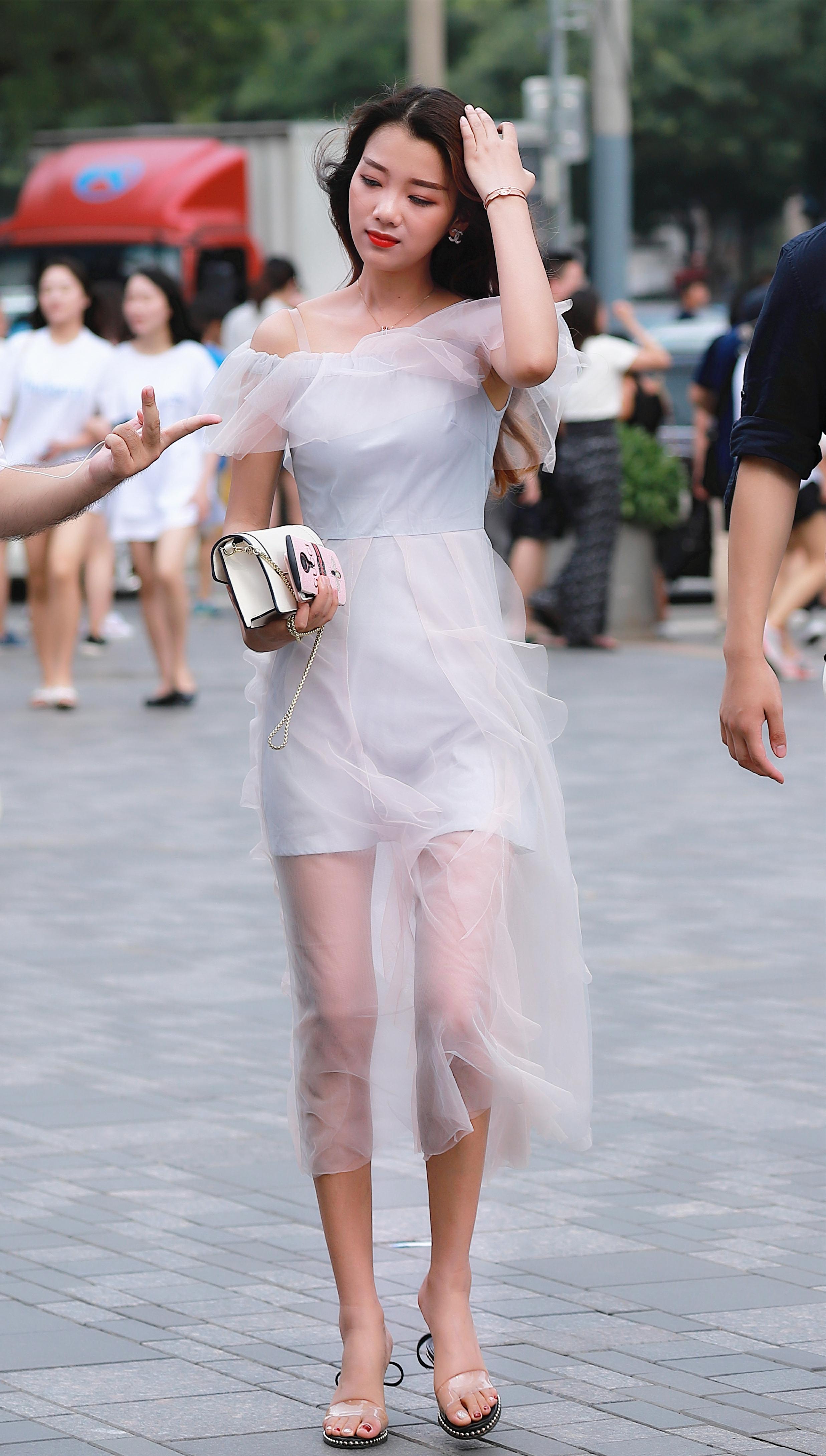 小姐好白里的歌曲_街拍:三里屯漂亮又时尚的小姐姐真多,快看看有没有你喜欢的
