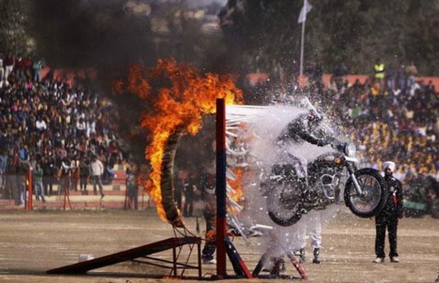 摩托杂技_看了印度摩托车的各种用处,发现比轿车的作用大多了_搜狐汽车 ...