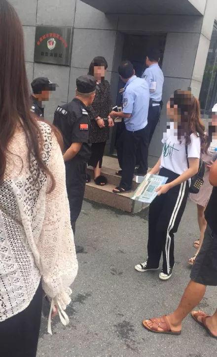 警察正给一女子戴上手铐
