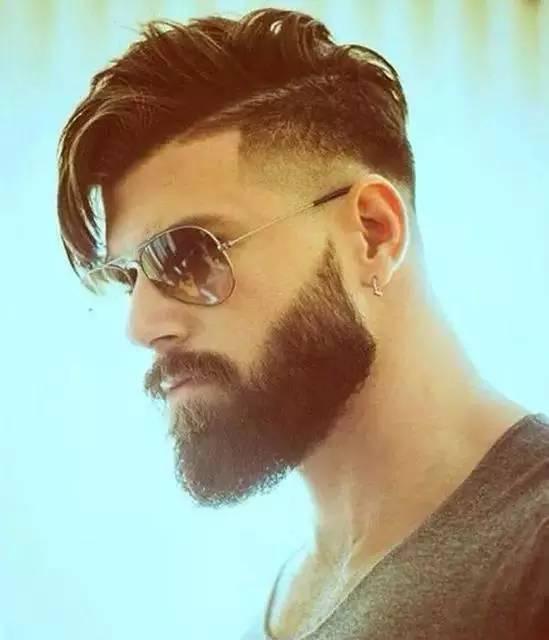 额头内切 刻线发型 在额头上方,刻意将发流切线内剃至靠近额头中心的图片