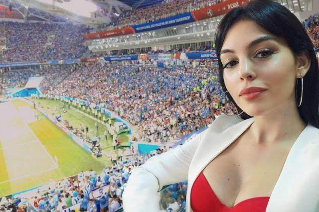 C罗结束世界杯征程度假散心 女友乔治娜晒亲密照