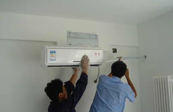 一、空调安装前期准备工作 1、确定空调内机安装位置 空调室内机要距离房间顶部和两侧墙壁有一定的距离,距离一般大于15cm,防止空气流通受阻。在选择室内机位置的时候,要考虑选择排水容易、可进行室外机管路连接的地方;选择下方无电视机、电脑等贵重物品的地方以及出风口不直接吹向床的地方等。 2、确定空调外机安装位 最大限度发挥空调的制冷、制热效果;尽量减小不利影响,如噪声、振动、冷凝水、冷热风等;安全、牢固、维护方便;尽可能离室内机较近的室外;通风良好,外机的前后、左右应留有一定的空间;避免事项避开阳光直晒,如