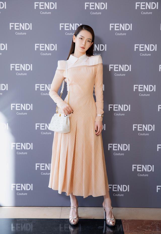 从机场到秀场,戚薇的时髦连Fendi都为她买单!