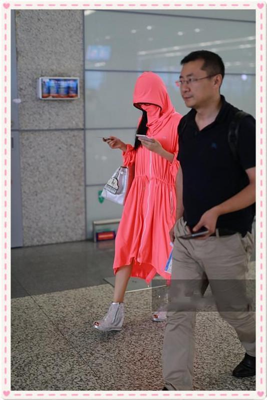 杨丽萍才是扮嫩界鼻祖!60岁照样驾驭粉色裙,网友:这腿是真细!