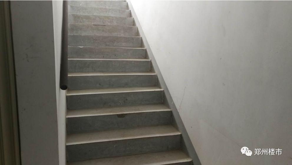楼梯间墙砖效果图大全  恒泰春天楼梯间只有1楼贴瓷砖,高层电梯间