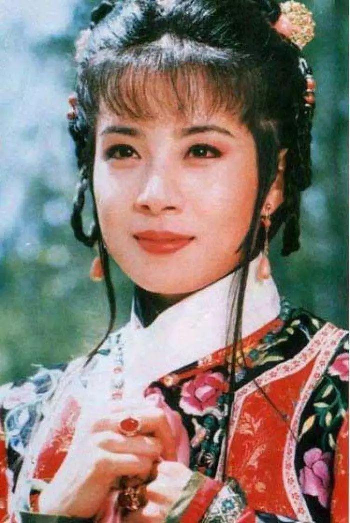 据说,当时琼瑶为了训练岳翎演好哭戏,直接将她关入了小黑屋,让她看图片