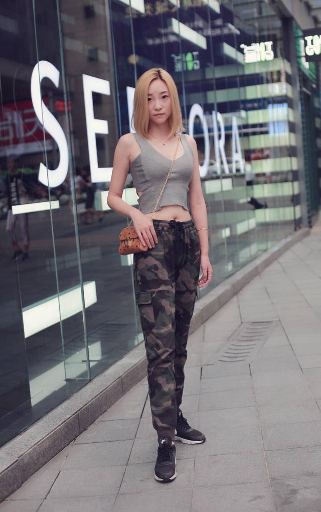 美女的裸体阴道_街拍:夏季清凉穿搭,美女时尚演绎,好看