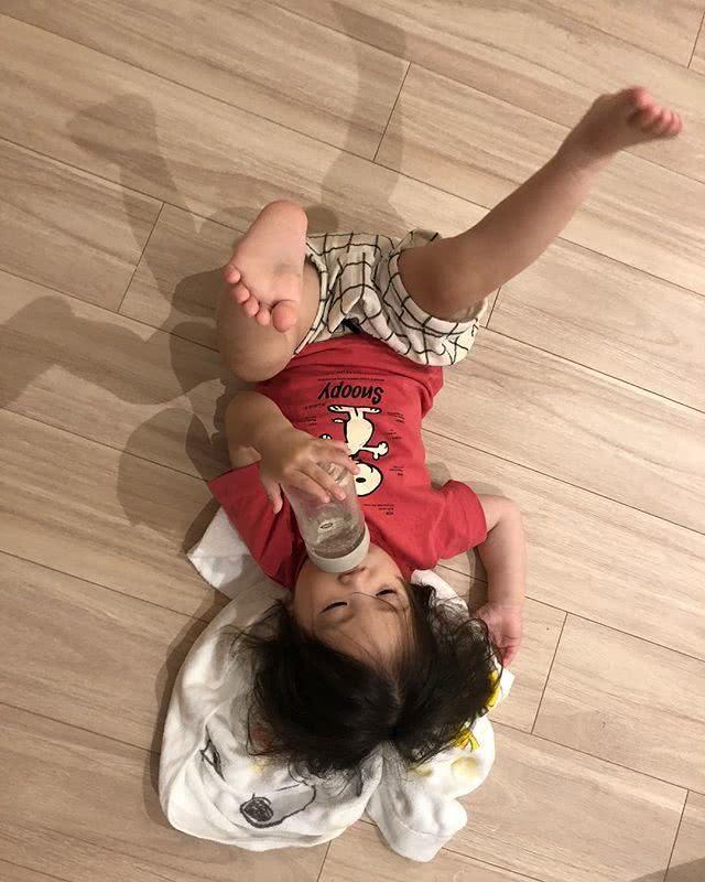 陈冠希再晒女儿萌照 暖心的他给躺地板的Alaia铺毛巾