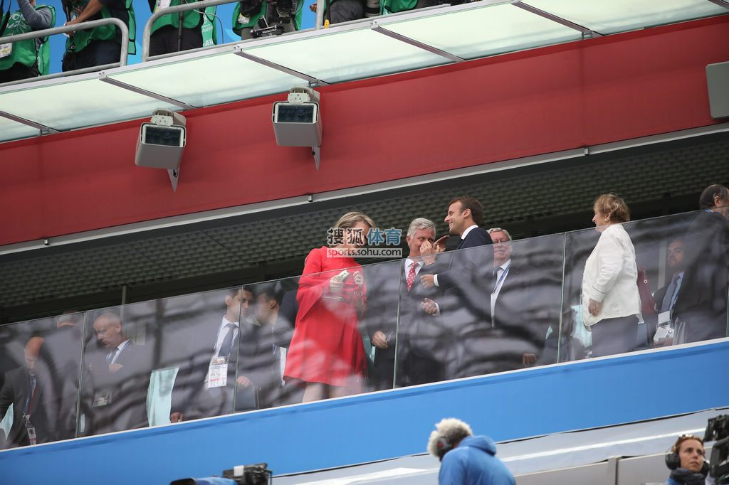前方:法国总统马克龙亲临赛场 为法国众将助威