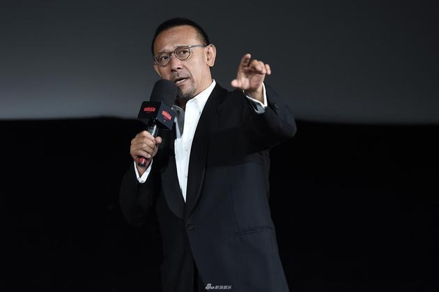 《邪不压正》首映典礼,姜文与小崔热情相拥,声称戏里戏外皆人生