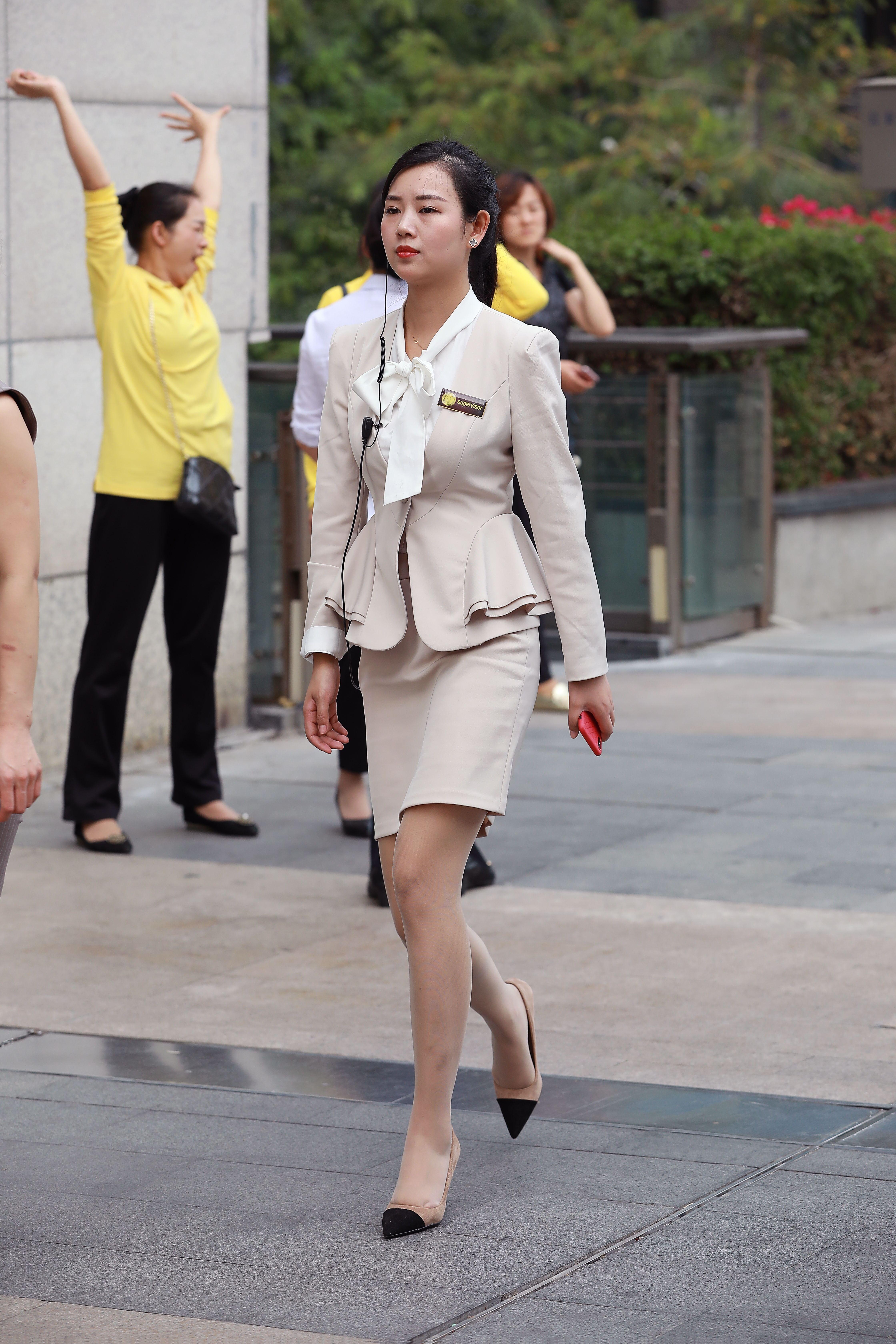 街拍ol职业装美女_街拍联盟:早晨去上班的肉丝美女白领,职业装很新颖-今日看点