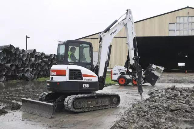 它就是山猫 如今它为我们带来 全新作品 山猫e55小型履带挖掘机