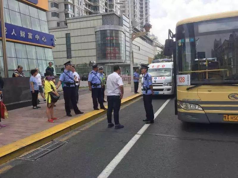 哈尔滨女乘客坐过站要强行下车,被拒后用挎包打晕司机(附视频)
