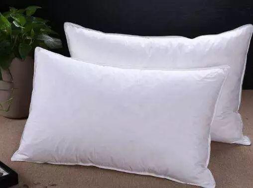 一般枕头高以8~15cm为宜,   或按公式计算:(肩宽-头宽)÷2.   而
