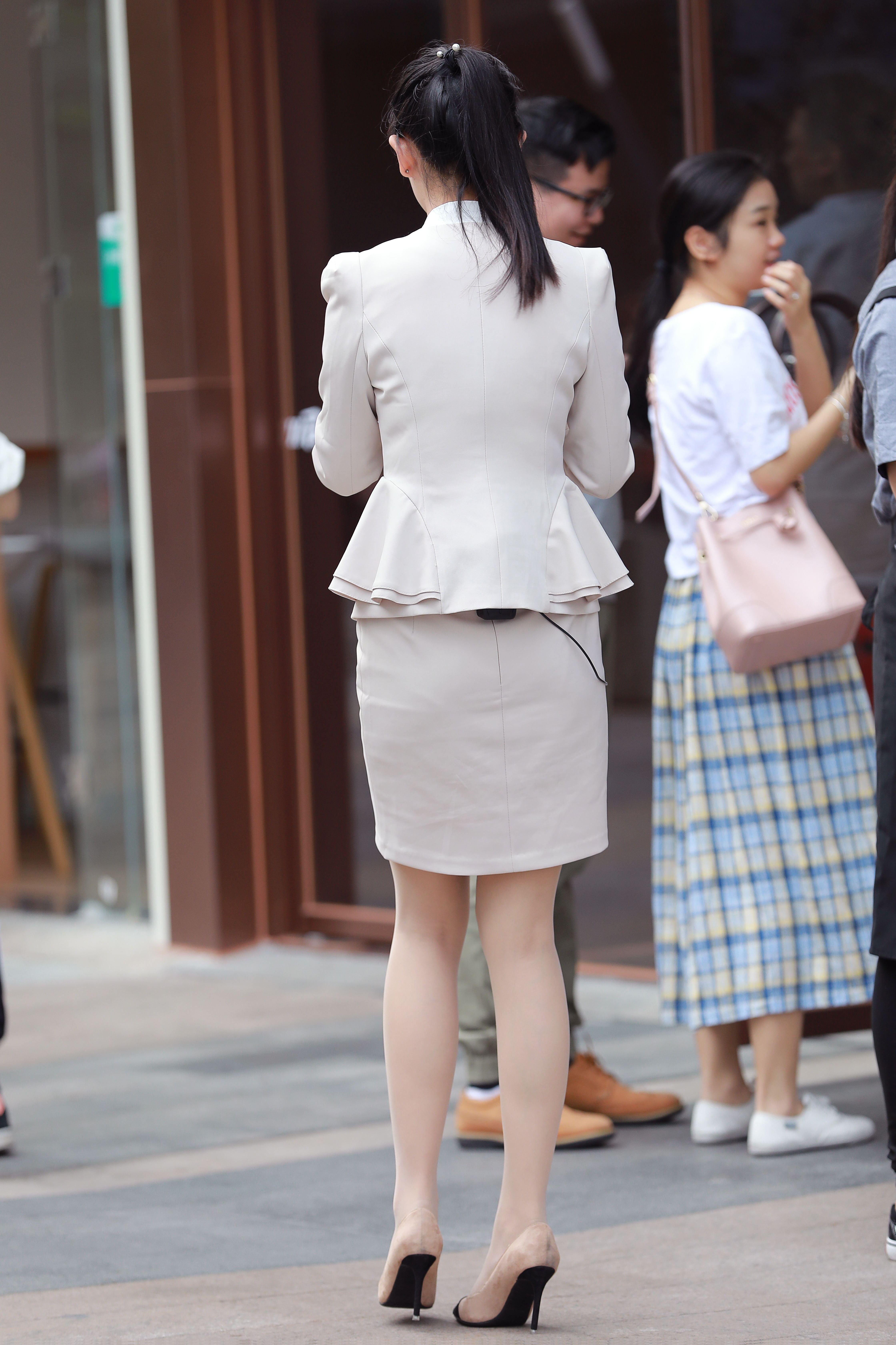 街拍ol职业装美女_街拍联盟:早晨去上班的肉丝美女白领,职业装很新颖