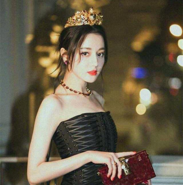 唐嫣热巴戴皇冠似女王,baby赵丽颖秒变公主,但都没有她美