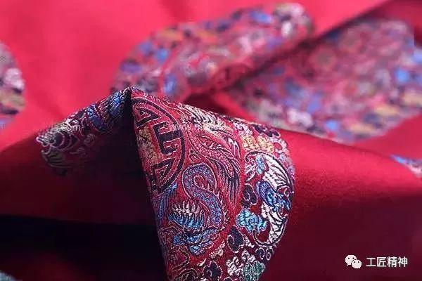 蜀锦的品种繁多,传统品种有语丝锦,方方锦,铺地锦,散花锦,浣花锦,民族图片
