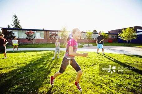 小学生雨天课间奔跑摔成九级伤残,家长索赔19万,学校被判…