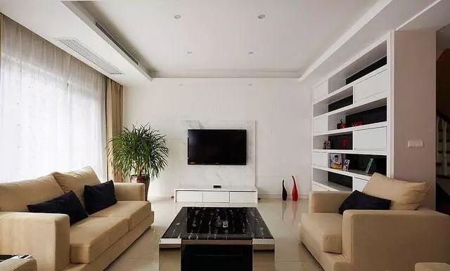 客厅特宽敞,沙发后还有一块小听放了书桌和钢琴