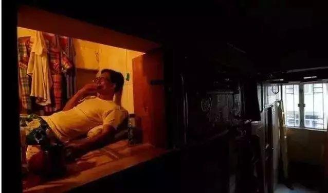 """没见过香港的""""棺材房"""",你都不知道你住得多幸福!"""