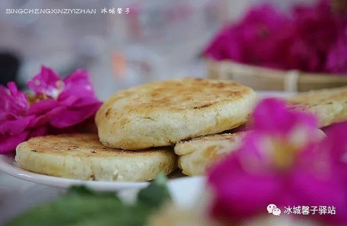 云南的大理、丽江古镇,鲜花饼可是他们的特色,铁力香草河的鲜花饼绝不逊色,好吃极了,而且雪菊鲜花饼还是香草河独有的呢.
