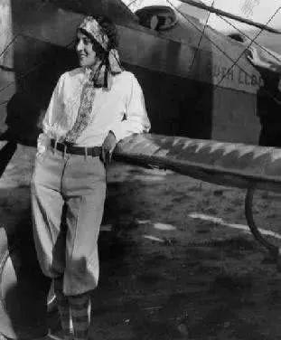 3,杰奎琳科克伦正在飞机上   4,玛丽恩爱丽丝鲍威尔在很小的时候就