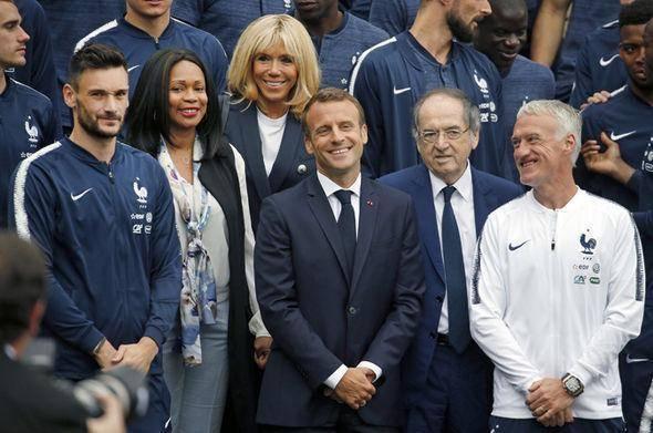 组图:法国总统带小孩进更衣室 携夫人观看决赛图片