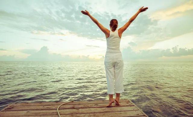 超简单的瑜伽动作,比爬楼梯还简单,能通经络,排毒素!
