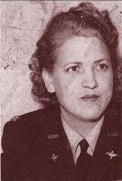 2,杰奎琳科克兰小姐,飞行员主任.   3,杰奎琳科克伦正在飞机上