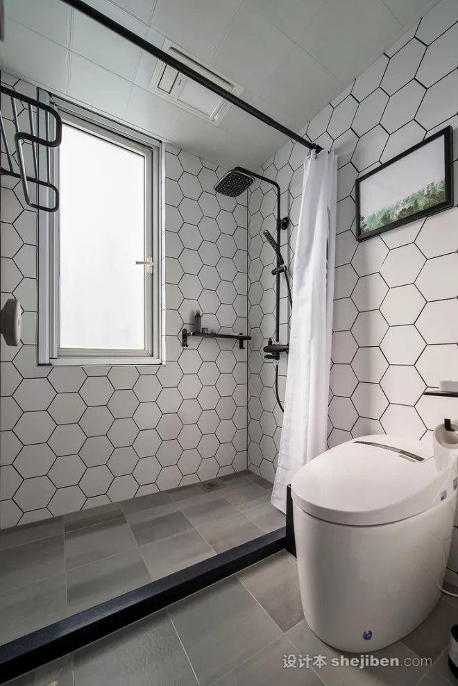 浴室用浴帘分隔开干湿区,白色的几何瓷砖让浴室空间干净明亮.