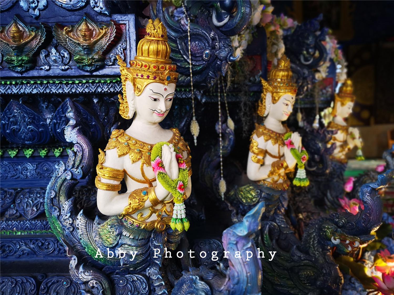 当庄严肃穆的佛教遇上海水蓝,泰国清莱这座蓝庙让你惊叹色彩之美与静谧之力