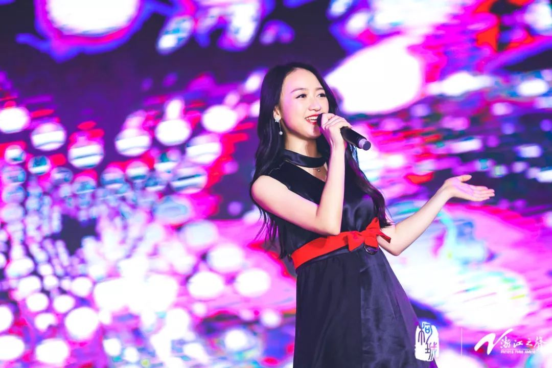 政务 正文  郑俊海,姚可儿演唱《爱情像西湖一样》.