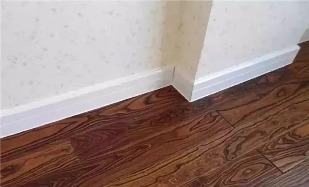 同时地板已经装好了,墙布的收边就尤为关键了.
